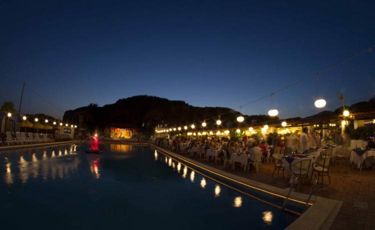 cena spettacolo in piscina blackmarlin camerota